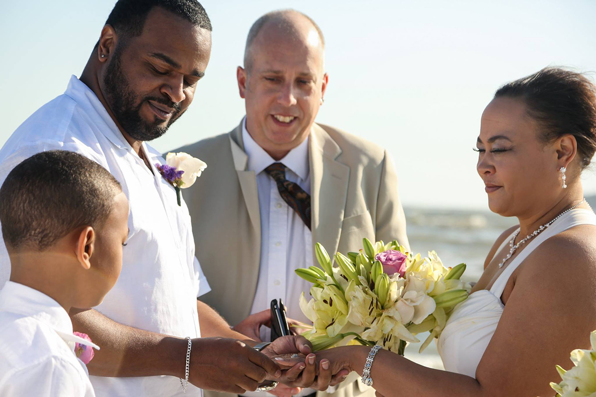 Beautiful Tybee Island elopement with a sweet family - Elope to Savannah